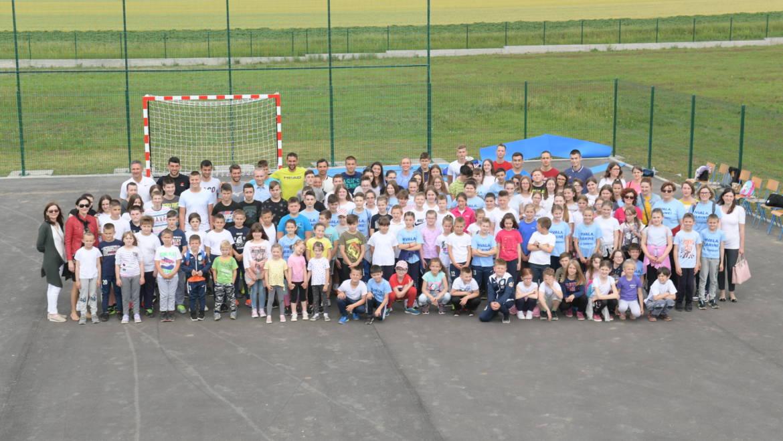 Najbolji hrvatski tenisači, uključujući Marina Čilića, Bornu Ćorića i Donnu Vekić, zaigrali nogomet s djecom OŠ Tordinci